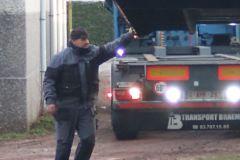 sterke-man-draagt-container-alleen